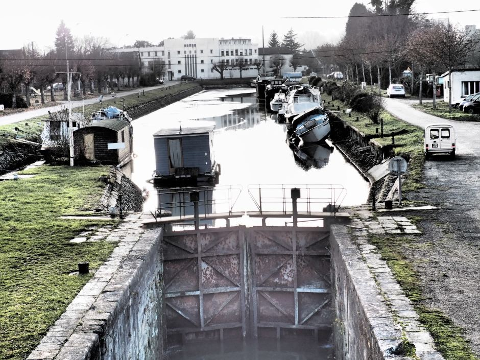 Canal basin at St Satur